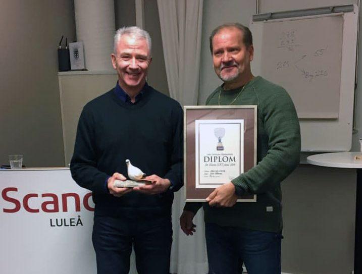 Olov Åhman med sin utmärkelse för Årets Skl-Hund Skeirutj Steira.