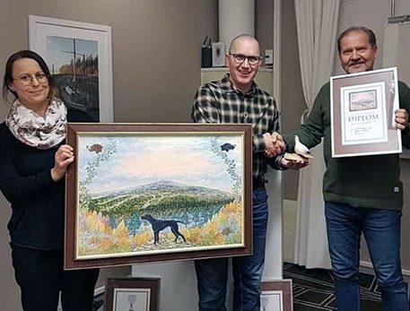 Magnus Könberg mottager sin tavla och ripa för utmärkelsen Årets Ukl-Hund Strävsamma Jippii